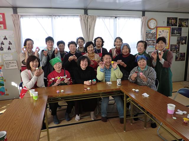 みやぎ生協のふれあい喫茶。仮設住宅に住む方々と共立社鶴岡生協の皆さん、みやぎ生協のボランティアが一緒にお昼を食べ、楽しい時間を過ごしました。