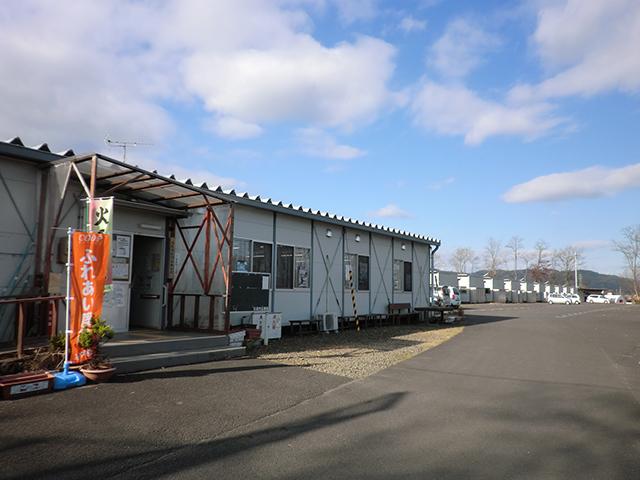 箱塚屋敷団地仮設住宅。集会所(手前)ではいまもボランティアなどによるイベントが開催されています。