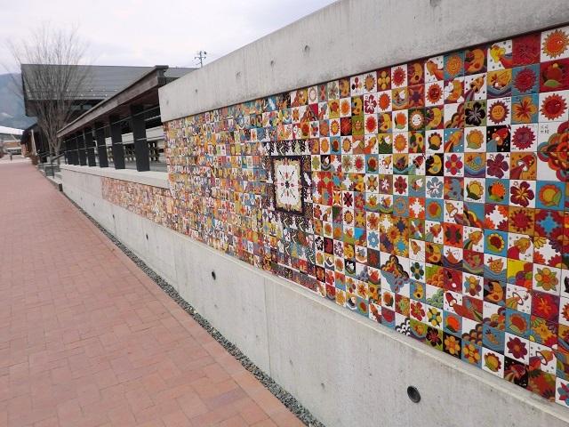 女川駅前の商業施設ハマテラスの壁面に貼られたメモリアルタイル。他の場所のタイルと合わせると全部で1300枚ぐらいあります。