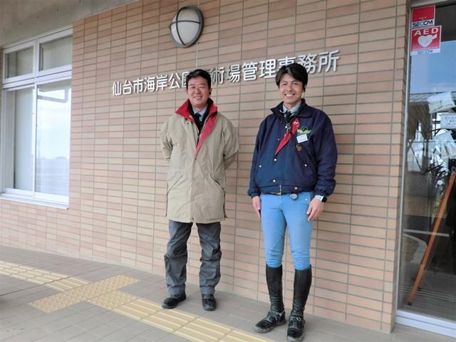 木幡良彦さん(左)と中口和哉さん。「ここは公園なので気軽に立ち寄っていただける。エサをやったり、ひき馬をしたり、より乗馬が身近に感じられる施設にしたいです」。