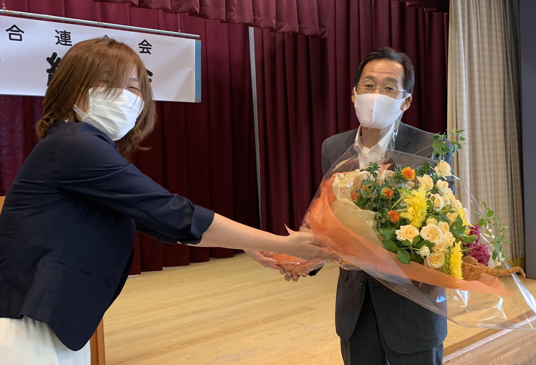 岩崎理事より高木理事へ花束贈呈